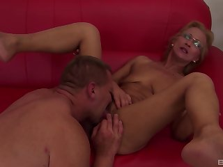 Mature lady gives a rimjob and spreads her legs be useful to a good fuck